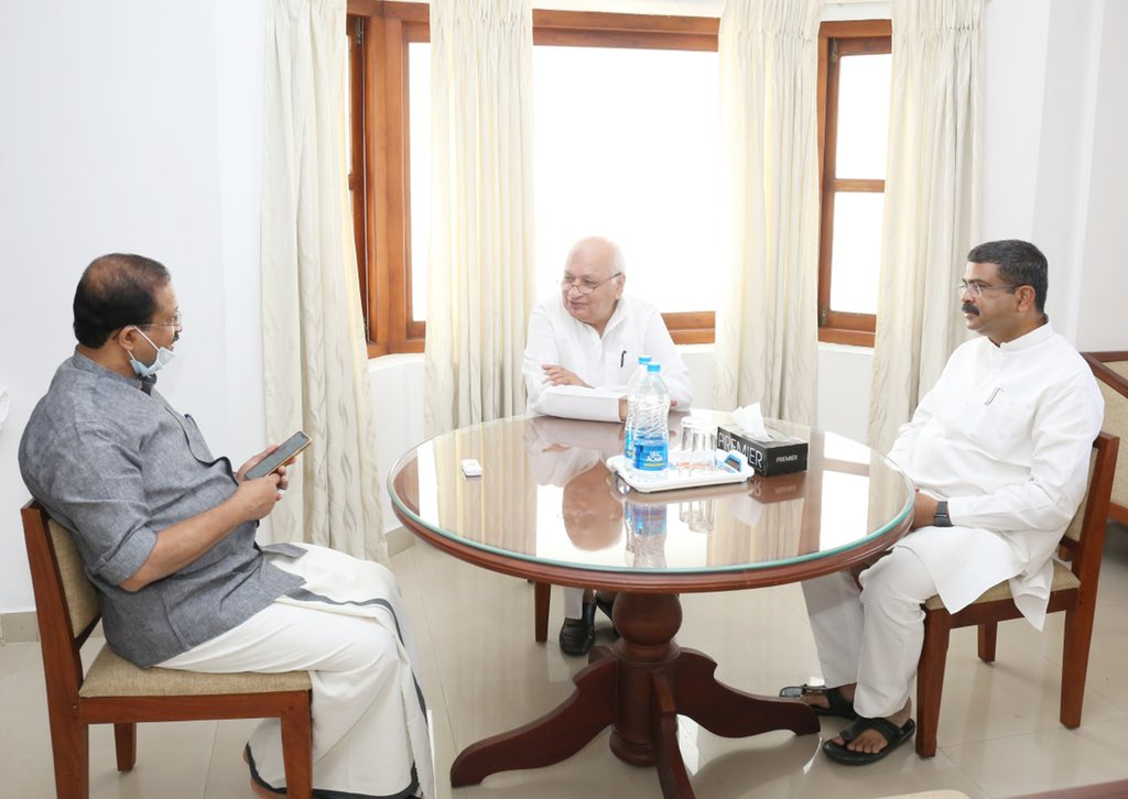 Pradhan meets Kerala Governor, discusses dev issues