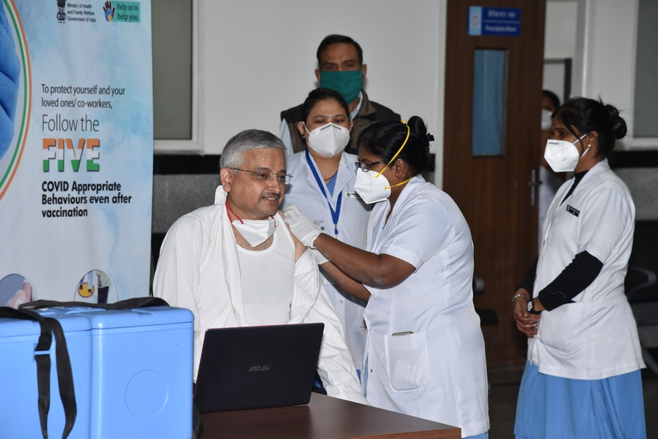 AIIMS Dir receives second dose of Covid Vaccine at hospital