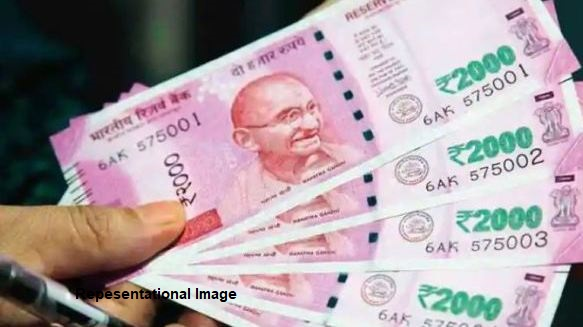 Odisha: High school clerk caught red-handed while taking Rs 10k bribe