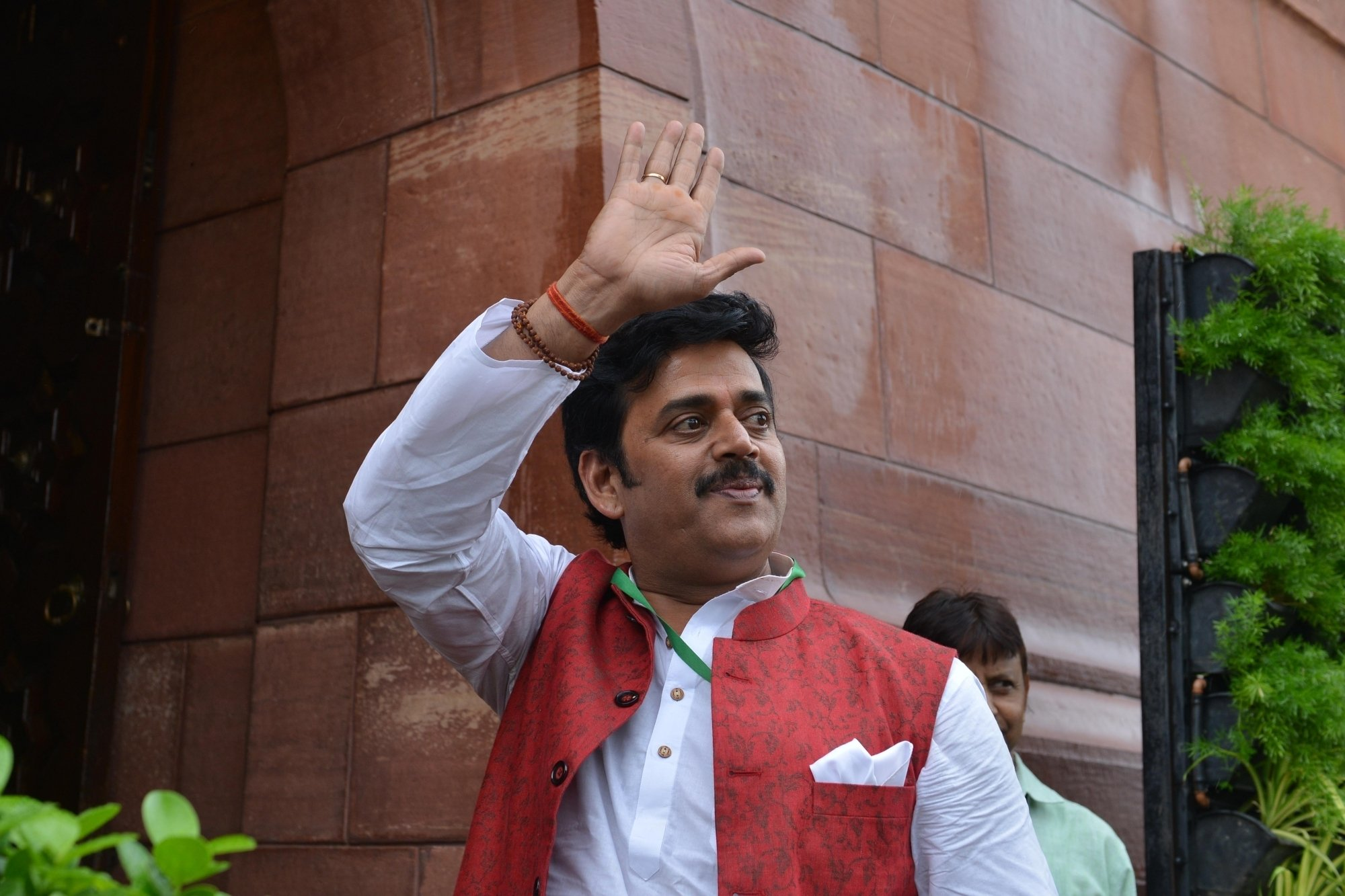 Ravi Kishan gives 40L for UP O2 plant in Gorakhpur