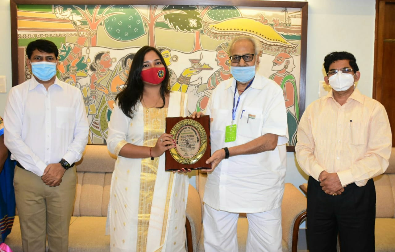 Governor felicitates Pattachitra artiste Bhagyasri Sahoo